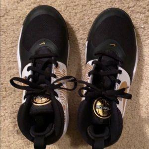 Boys Nike athletic shoes EUC- like new size 4.5